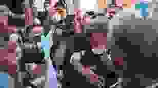 Tổng thống Pháp ôm an ủi một phụ nữ tại Li Băng