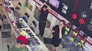Nhân viên cửa hàng điện thoại bị khách đánh chảy máu đầu