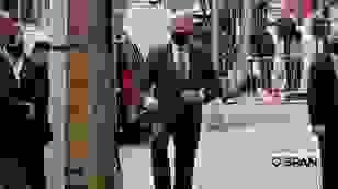 Ông Biden đi tập tễnh với giày phẫu thuật sau vụ nứt xương bàn chân