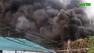 Khói lửa cuồn cuộn trong vụ cháy 8 người chết