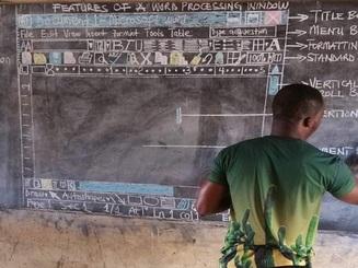 """Thầy giáo châu Phi """"nổi như cồn"""" vì dạy tin học mà không sử dụng máy tính"""