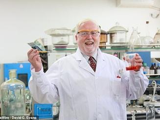 GS hóa học trở thành hiện tượng internet với những thí nghiệm độc đáo