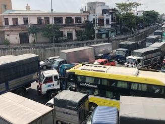 Chưa cao điểm Tết, giao thông cửa ngõ Sài Gòn đã hỗn loạn