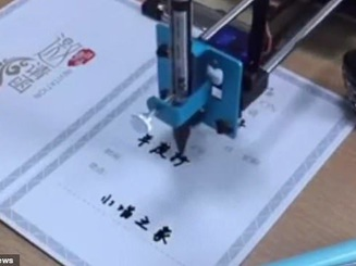 """Mua robot làm bài về nhà, bé gái Trung Quốc chưa kịp """"nhàn"""" đã bị phát hiện"""