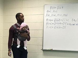 Cảm động vị giáo sư người Mỹ vừa giảng bài vừa trông con giúp học sinh