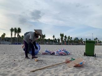 """Du khách """"kỷ niệm"""" biển Bãi Cháy 6 tấn rác một ngày"""