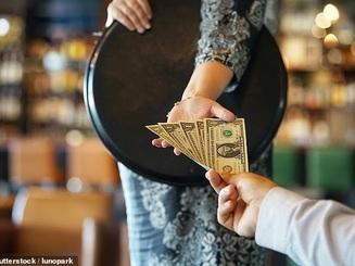 Tiếp viên tức giận trả lại tiền típ, đâu phải cứ xì tiền là xong
