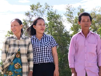 """Hai hộ dân nghèo """"chân lấm tay bùn"""" tình nguyện hiến hơn 22.000 m2 đất xây trường học"""