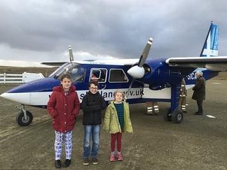 """Scotland: Sự thật về học sinh """"sang chảnh"""" đi máy bay tới lớp học bơi"""