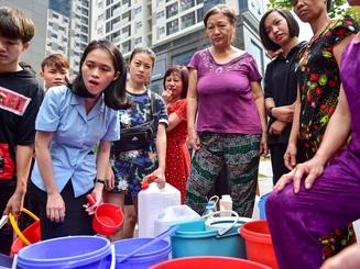 """Dậy sớm xếp hàng, cư dân chung cư cao cấp vẫn """"khóc ròng"""" vì hụt nước sạch"""