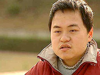 Trung Quốc: Thần đồng 17 tuổi bị buộc thôi học vì ăn cơm… vẫn cần người đút