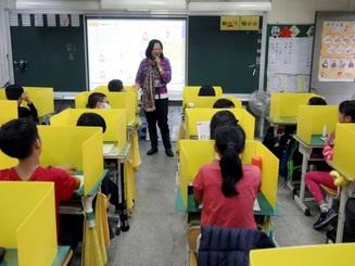 Trường học Đài Loan lắp thêm vách ngăn để phòng ngừa dịch Covid-19