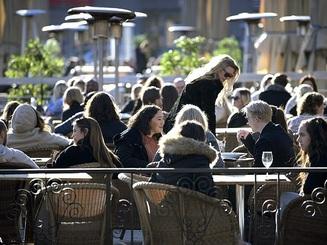 Đại dịch bùng phát: Người dân vẫn tụ tập quán xá, nhà hàng