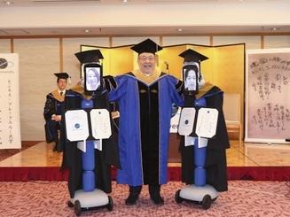 Robot thay sinh viên nhận bằng tốt nghiệp đại học vì Covid-19