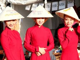 Sinh viên Việt Nam với lễ hội báo Nhân đạo 2012
