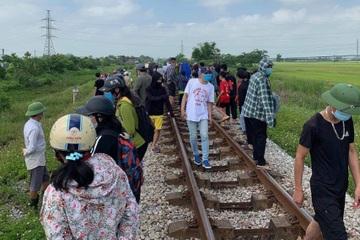 Lái tàu hoảng hồn phát hiện 2 mẹ con nằm dưới đường ray