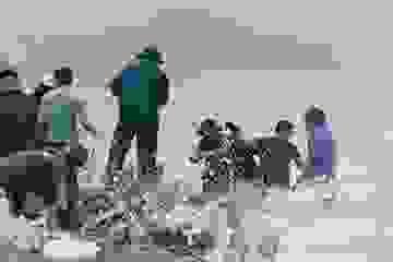 Hàng trăm người vác đá gia cố, mong cứu kè biển khỏi bão số 9
