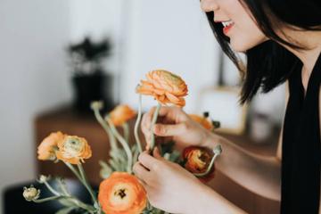 Không phải mọi người vợ đều thích được chồng tặng hoa