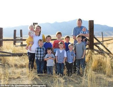 Cặp vợ chồng 10 năm sinh 10 đứa con