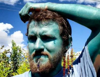 Người đàn ông xăm da toàn thân xanh như Xì trum để... tăng tự tin