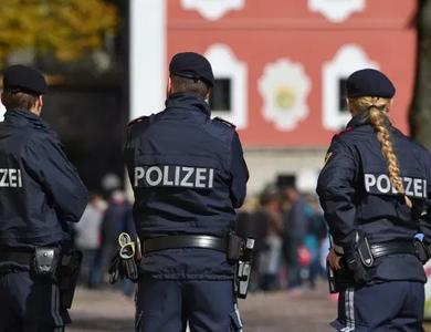 """Bị phạt gần 15 triệu đồng vì tội """"thả bom"""" trước mặt cảnh sát"""