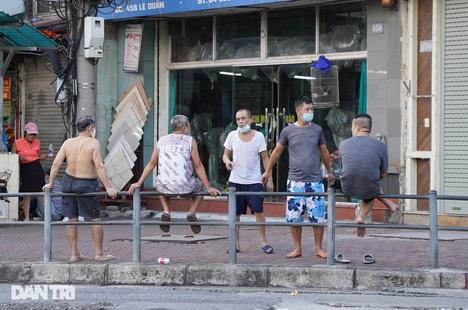 Người dân nhộn nhịp tập thể dục ngoài phố khi Hà Nội chưa hết giãn cách