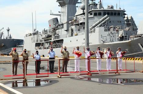 Ba chiến hạm hải quân Australia cập cảng Cam Ranh