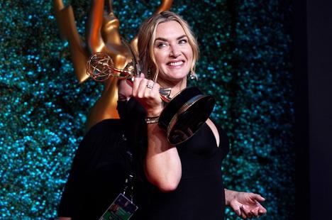 Phim về Hoàng gia Anh và Kate Winslet thắng lớn tại Emmy 2021
