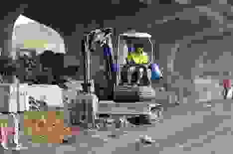 Công nhân hối hả xén dải phân cách mở rộng đường Hà Nội