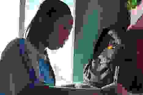 """Thương cô gái lớp 7 nguy cơ """"tắt"""" tiếng nói vì gia cảnh quá nghèo"""