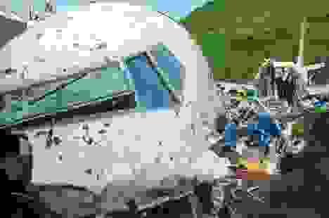 Người sống sót kể lại 15 giây ám ảnh khi máy bay Ấn Độ gẫy làm đôi