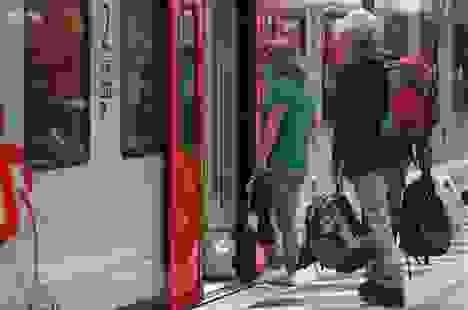 Người dân châu Âu du lịch nước ngoài đổ xô về nước tránh lệnh cách ly