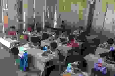 Lớp học xuống cấp, mỗi trận mưa to cả trăm em học sinh bỏ chạy lánh nạn