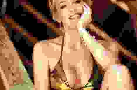 """Sharon Stone tiết lộ lý do chụp ảnh """"mát"""""""