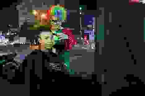 Chàng trai hóa thân thành chú hề đi hớt tóc cho người vô gia cư