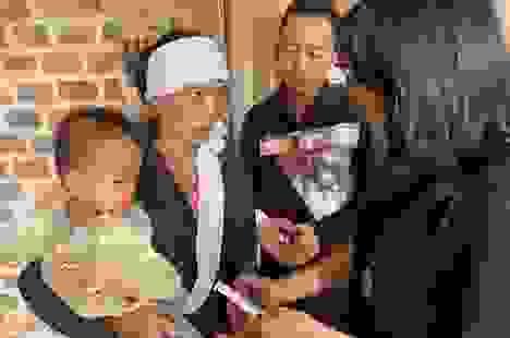 Thanh Lam, Tùng Dương xúc động khi đến thăm người dân vùng lũ lụt Hà Tĩnh
