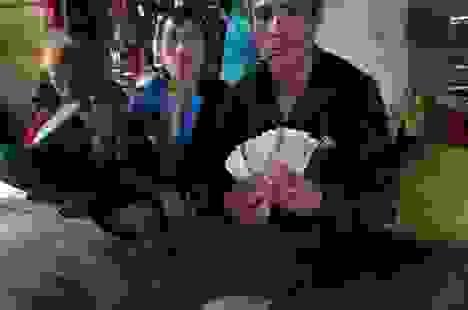 Vợ chồng nghèo vùng lũ trả lại 10 triệu đồng lẫn trong gói hàng từ thiện