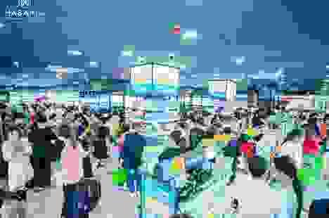 Khách hàng hào hứng trải nghiệm mua sắm mỹ phẩm tại sự kiện khai trương Hasaki Beauty & S.P.A chi nhánh 11