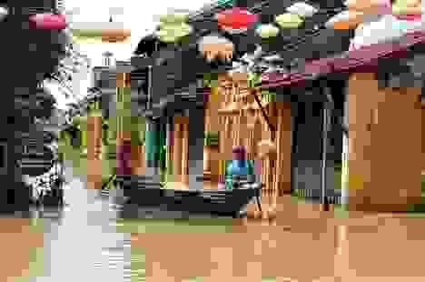 Phố biến thành sông, du khách chèo thuyền ngắm Hội An mùa nước lũ