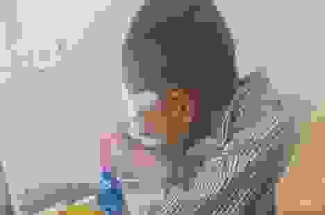 Nghi bị ném bi sắt vào mắt, bé trai lớp 1 phải nhập viện