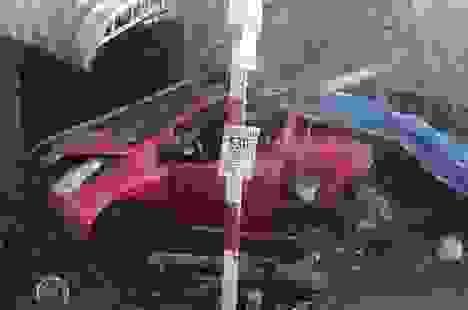 """Ô tô tông xe bán cà phê, """"quét"""" nhiều xe máy rồi húc sập mái hiên nhà"""