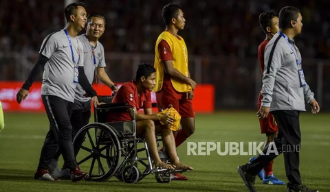 Tình hình chấn thương của Evan Dimas sau pha va chạm với Văn Hậu