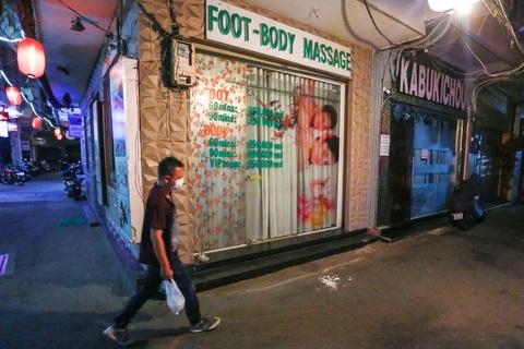 Sau vụ xử phạt karaoke trá hình, loạt phố massage ở TP.HCM đóng cửa im lìm