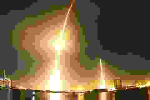 Tên lửa Mỹ hạ cánh thẳng đứng ngoạn mục sau khi phóng vệ tinh