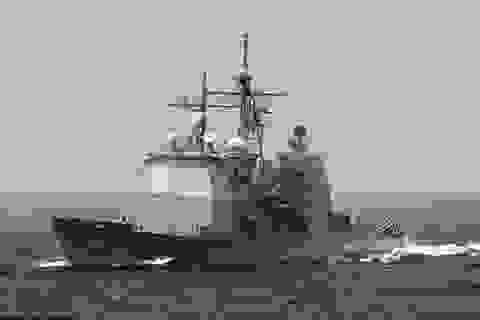 Trực thăng Trung Quốc do thám chiến hạm Mỹ gần đá Vành Khăn