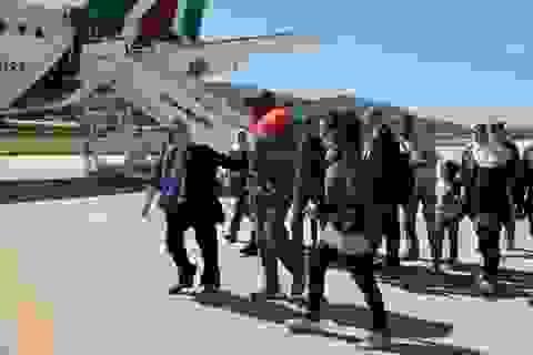 Giáo hoàng Francis đón 12 người tị nạn lên máy bay về Vatican