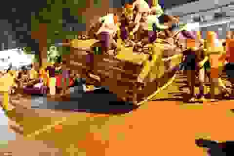 Người dân Thổ Nhĩ Kỳ chặn xe tăng phe đảo chính trong tiếng súng
