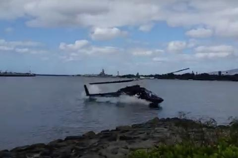Trực thăng chở 5 người lao xuống biển gần Trân Châu Cảng