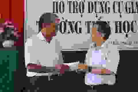 Hội người Việt Nam tại Pháp tặng dụng cụ học tập ở đảo Lý Sơn