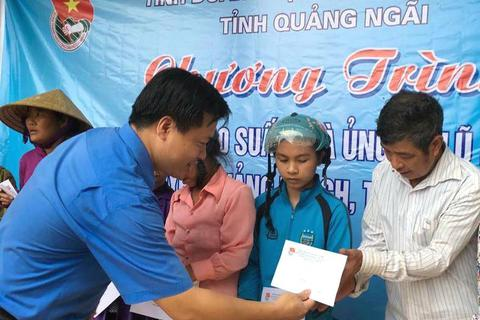 Tuổi trẻ Quảng Ngãi hỗ trợ người dân vùng lũ tỉnh Quảng Bình